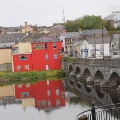De River Laune is een rivier die loopt vanaf Lough Leane, één van de drie meren van Killarney, door de stad Killorglin, hier in beeld, tot de zee