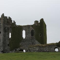 Ballycarbery Castle, gelegen op een met gras begroeide heuvel