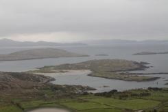 Prachtig zicht op eilandjes vanaf Coomakista Pass, nabij Caherdaniel