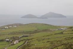Zicht op Deenish Island en Scariff Island vanaf Coomakista Pass, nabij Caherdaniel