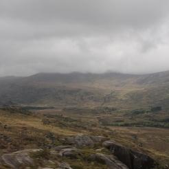 Lage wolken in de bergen tussen Sneem en Moll's Gap