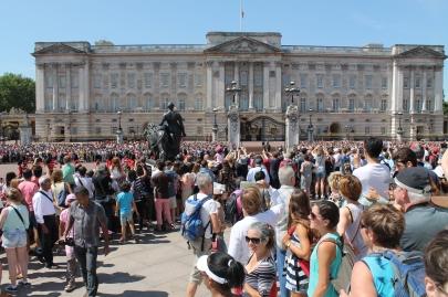 Er staan echt honderden mensen bij Buckingham Palace om deze traditie bij te wonen.