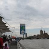 River Bus 1 vertrekt vanaf Westminster/London Eye. Hier zie je de Houses of Parliament rechts.