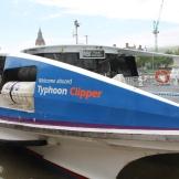 River Bus 1 komt aan, een boot van het bedrijf MBNA Thames Clippers.