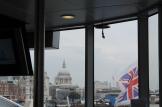Saint Paul's Cathedral voor ons terwijl de Britse vlag wappert op onze boot.