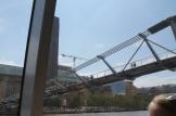 Onder de Millennium Bridge.