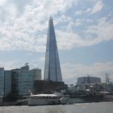 We varen langs HMS Belfast en The Shard torent op de achtergrond hoog boven alle andere gebouwen uit.