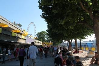 Als we terugkijken zien we nu links het skatepark, achteraan London Eye en rechts de animatie, hier strandje.