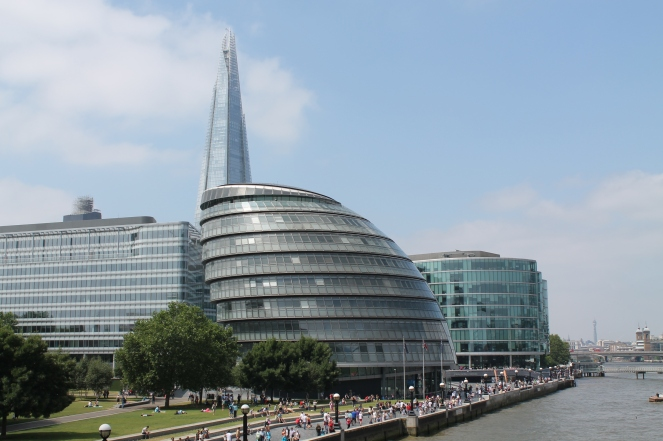 Zicht op The Queen's Walk gezien vanop Tower Bridge met ook The Shard en City Hall.