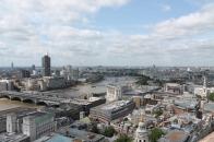 In de andere richting van de Thames zien we London Eye.